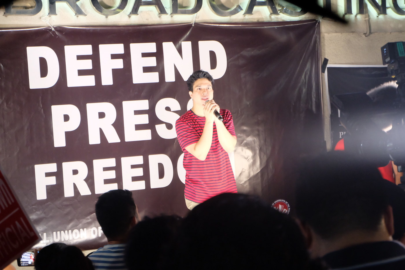 ELMO MAGALONA. The actor and singer takes the stage at the ABS-CBN prayer rally. Rappler photo