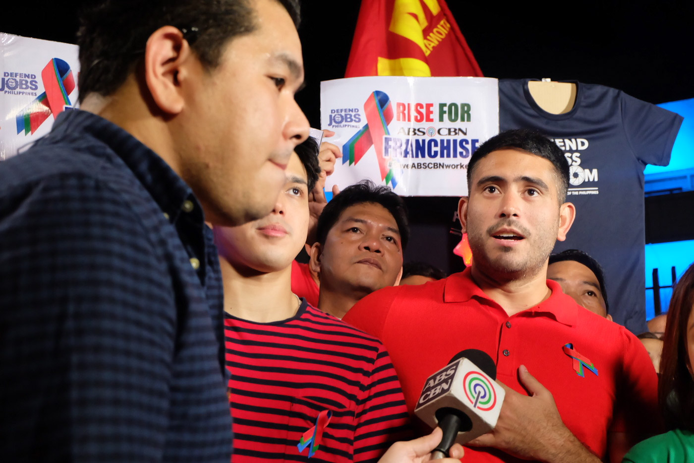 RALLY. 'A Soldier's Heart' stars Elmo Magalona and Gerald Anderson join other ABS-CBN employees. Rappler photo
