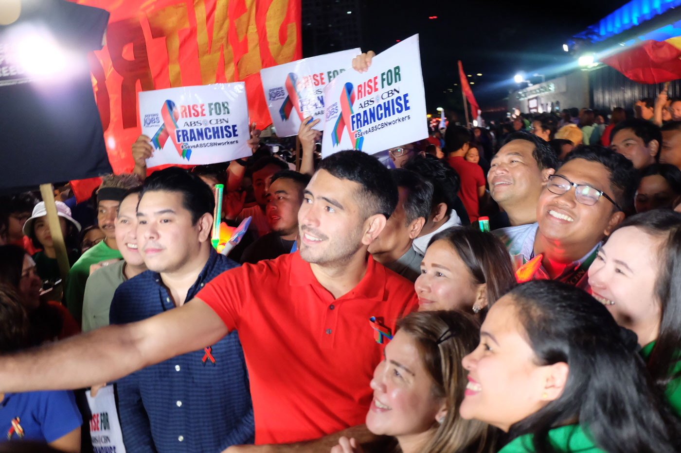 CROWD. Gerald Anderson snaps a photo with other supporters and employees of ABS-CBN. Rappler
