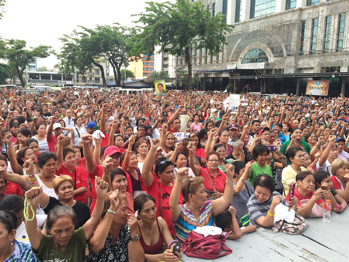 SHOW OF SUPPORT. Kid Peu00f1a's supporters gather outside city hall. Photo by Mara Cepeda/Rappler