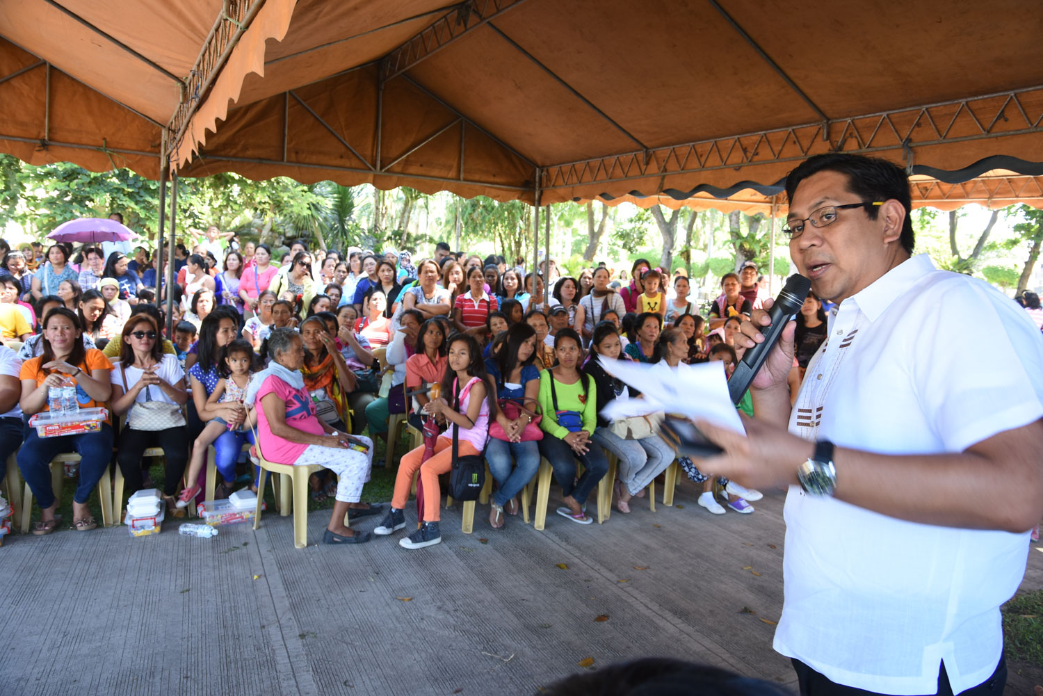 ASSISTANCE. General Santos City Mayor Ronnel Rivera assures the families of the Pablo casualties that the city government will assist the children of the presumed dead fishermen.