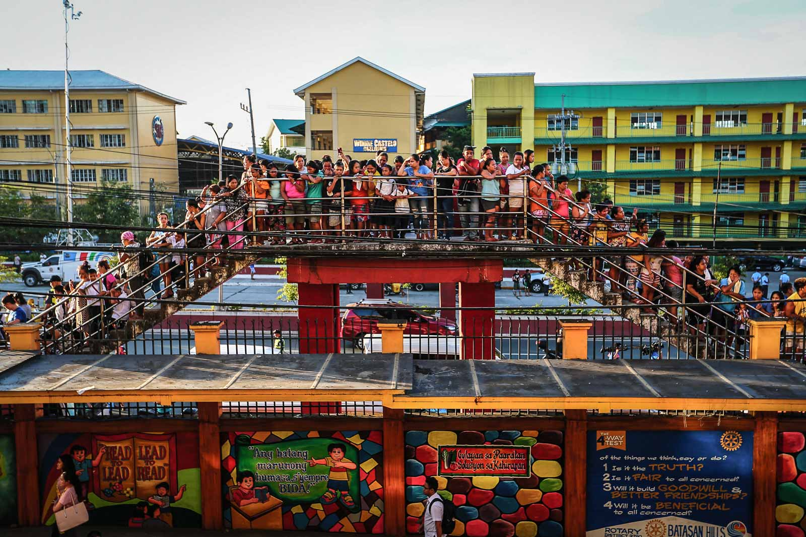 HUMAN TRAFFIC. Parents wait outside during the flag raising ceremony at the Corazon Aquino Elementary School in Quezon City. Photo by Jire Carreon/Rappler