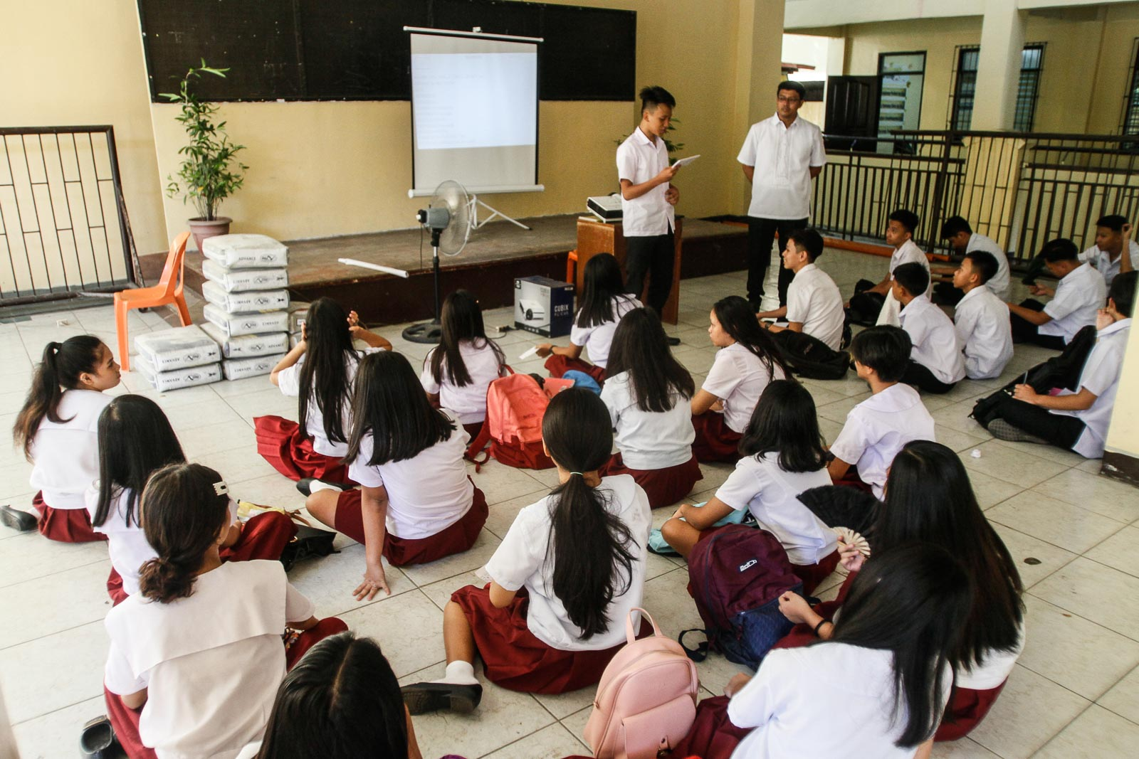 LACKING. Some students of Araullo High School in Manila have to sit on the floor during the first day of classes. Photo by Inoue Jaena/Rappler