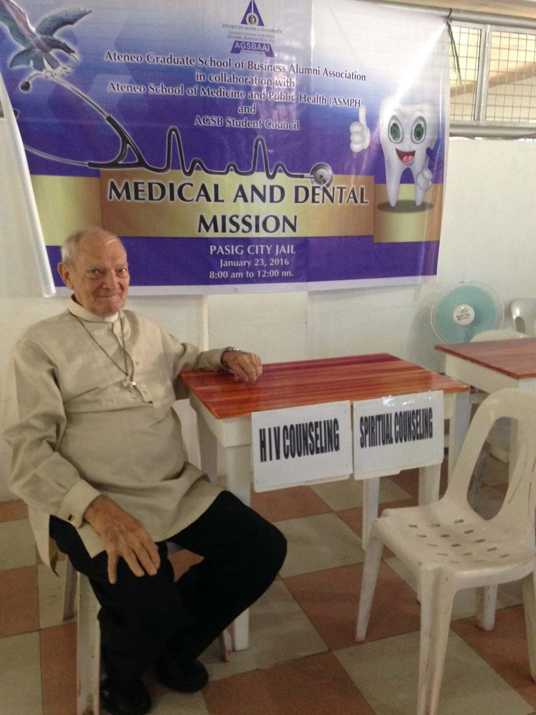 HIV AND SPIRITUAL COUNSELING. Father Richard Mickley gives HIV and spiritual counseling at the Pasig City Jail for a program of the Ateneo Graduate School of Business Alumni Association. Photo courtesy of Father Richard Mickley