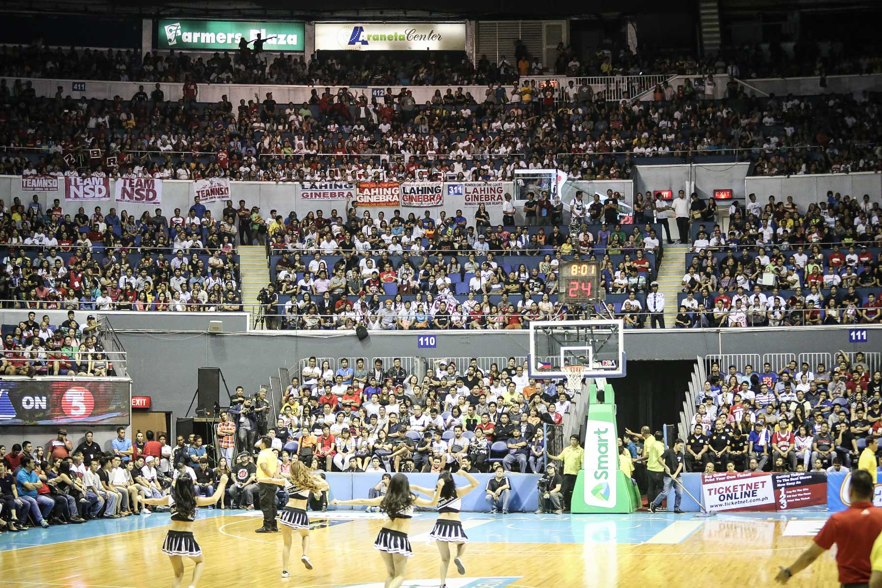 PACKED. The Smart Araneta Coliseum is packed with fans. Photo by Josh Albelda/ Rappler