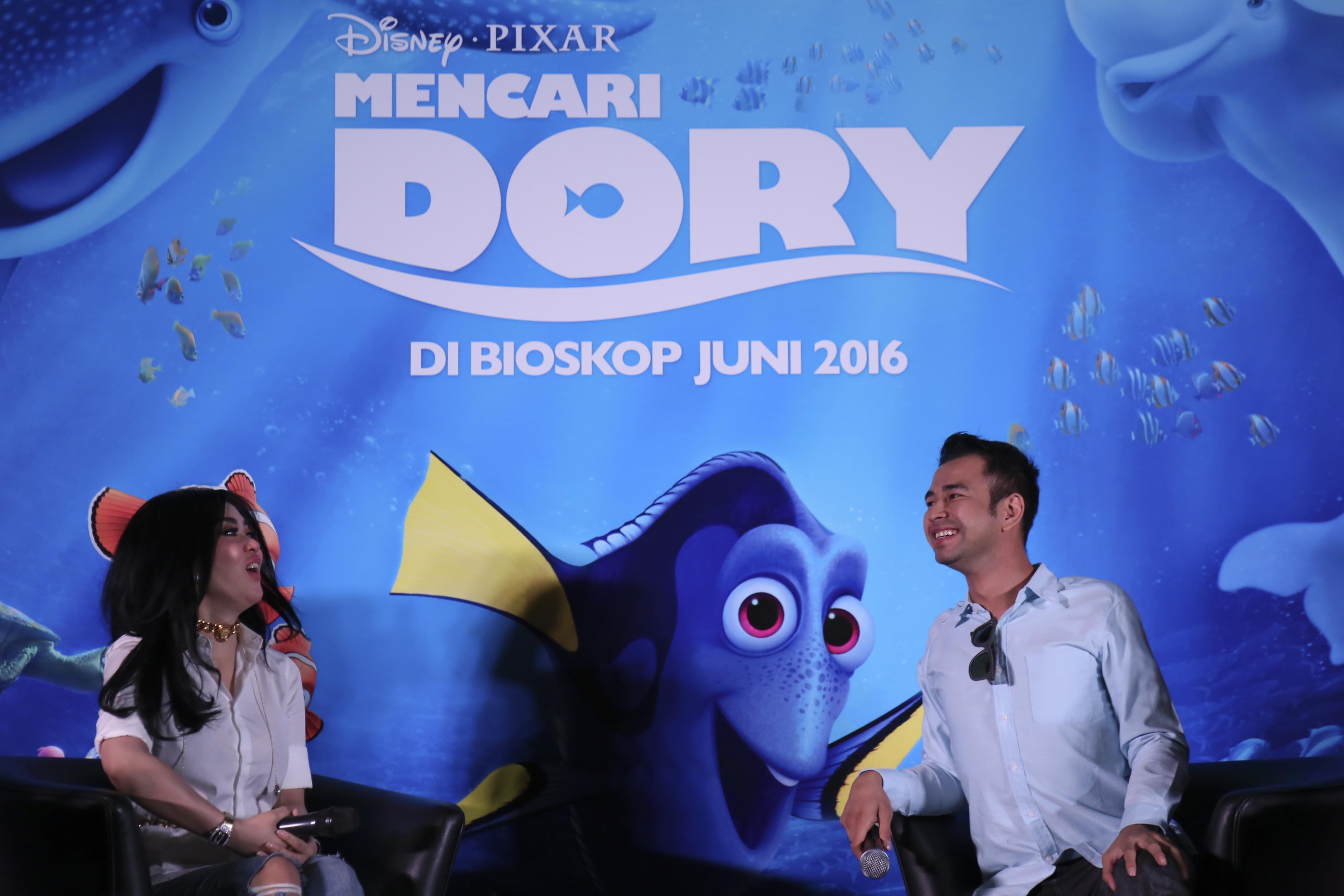 Presenter Raffi Ahmad didampingi penyanyi Syahrini menerangkan keikutsertaan mereka dalam film karya Disney Fixar u0022Finding Doryu0022 dalam jumpa pers di Jakarta, Kamis, 9 Juni.  Foto oleh Teresia May/ANTARA
