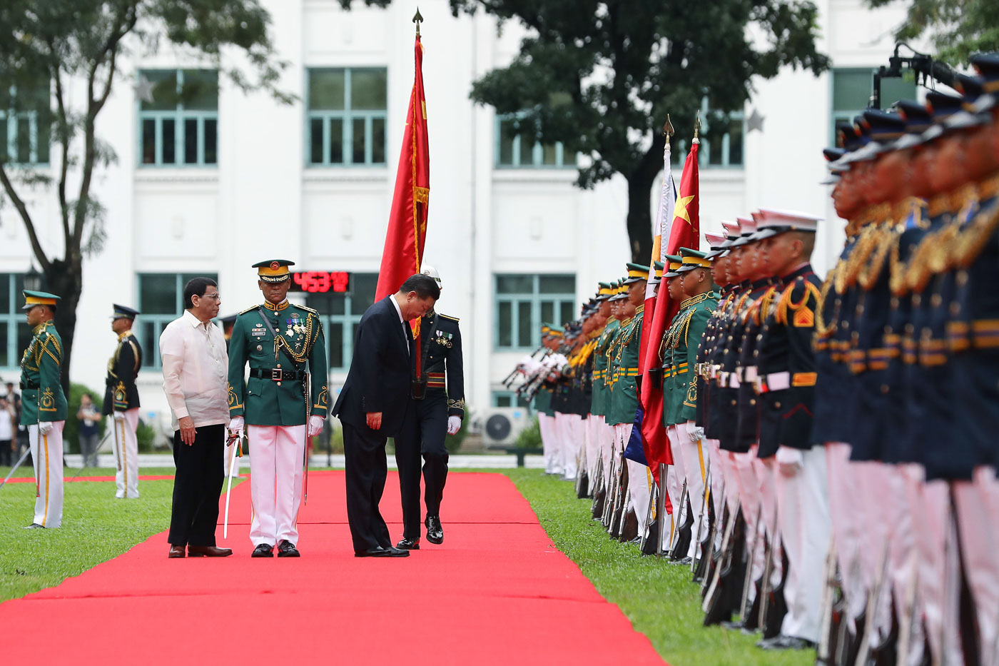 BREACHING PROTOCOL. A lone Chinese flag trails Chinese President Xi Jinping and Philippine President Rodrigo Duterte during the welcome ceremony. Malacau00f1ang Photo