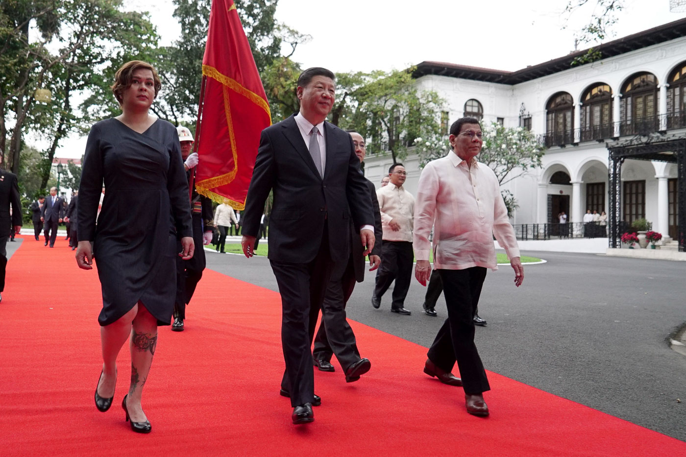 ADJUSTMENT. The Chinese flag is used in place of the Philippine presidential flag during the welcome ceremony. Malacau00f1ang Photo