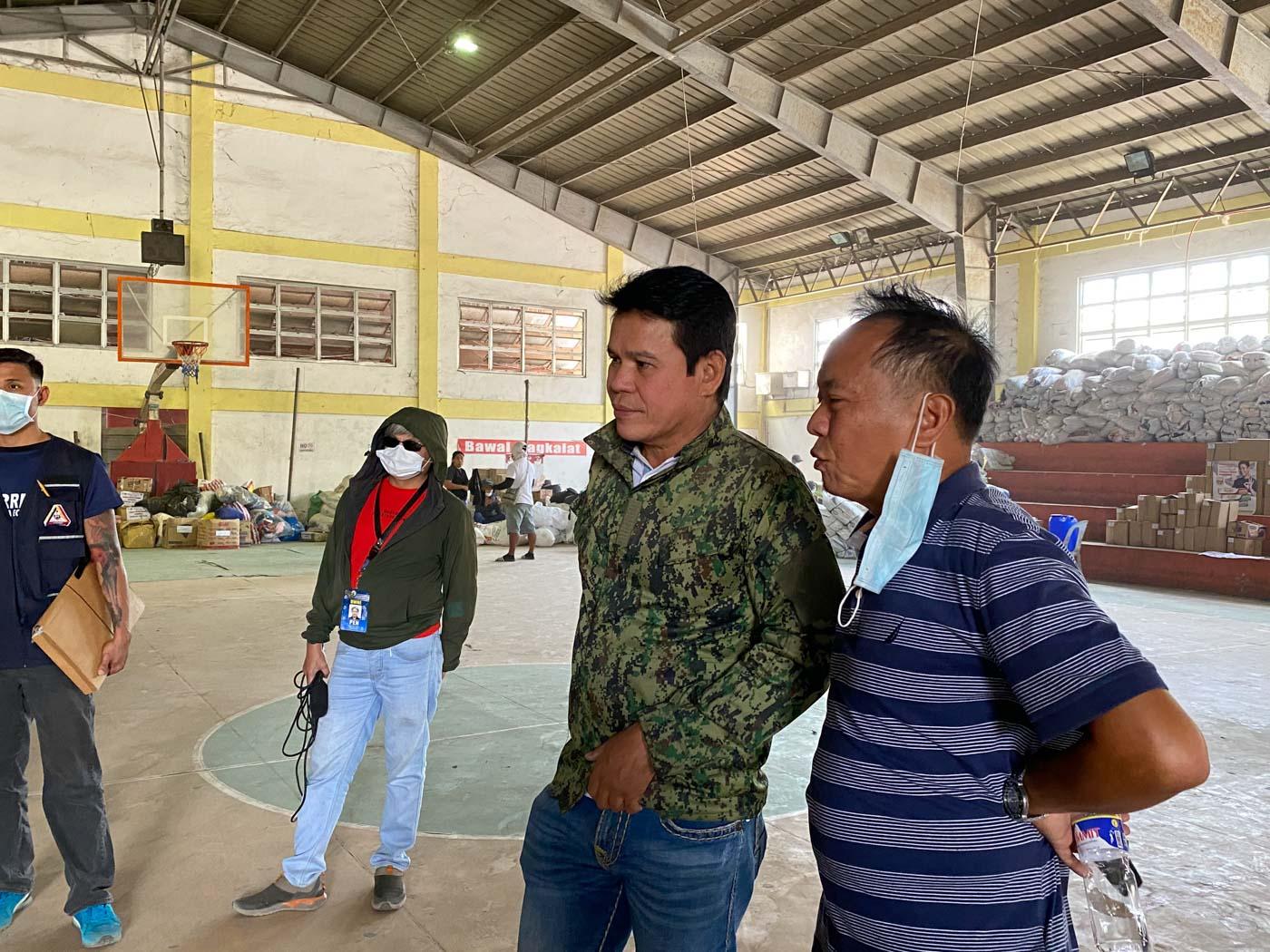 THE MAYOR. Talisay Mayor Gerry Natanauan oversees the arrival of relief goods from Nueva Ecija on January 31, 2020. Photo by Mara Cepeda/Rappler