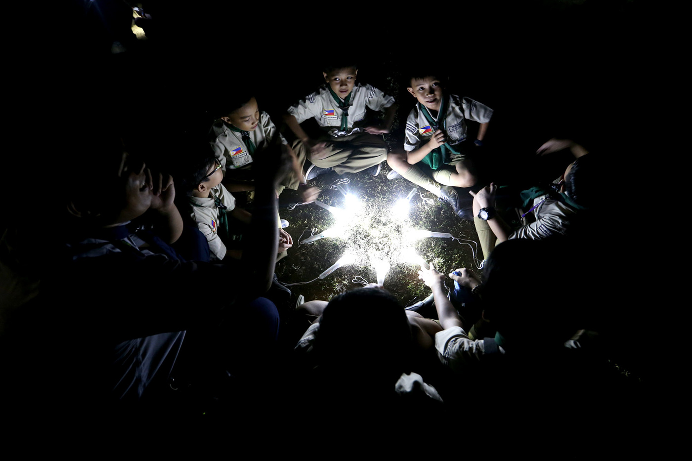 BOY SCOUTS. Members of the Boy Scouts of the Philippines join the observance of Earth Hour 2019 at Circuit Makati in Makati City on March 30, 2019. Photo by Inoue Jaena/Rappler