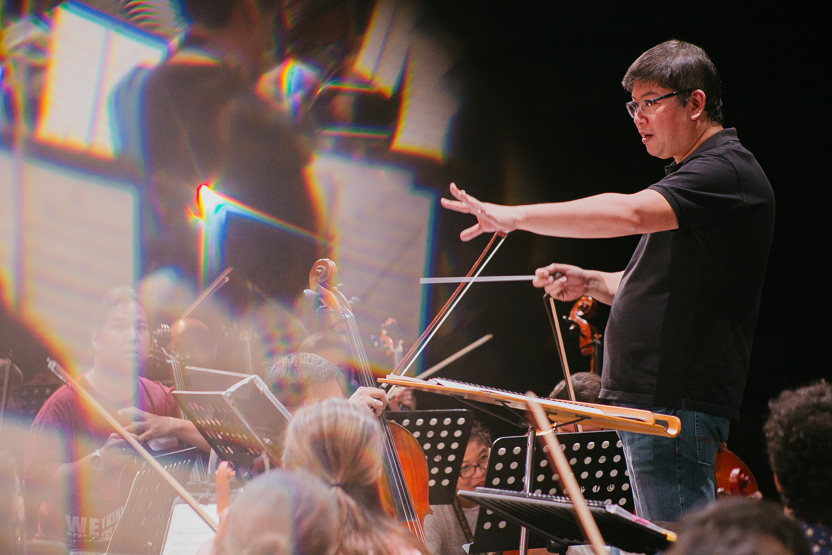 PRACTICE. Gerard Salonga leads the ABS-CBN Philharmonic Orchestra during rehearsals. Photo by Paolo Abad/Rappler