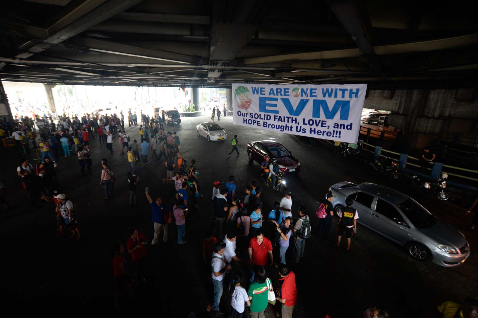 GOING HOME. Iglesia ni Cristo members leave their protest site on August 31, 2015, after church leaders reached an 'understanding' with the government. Photo by Alecs Ongcal/Rappler