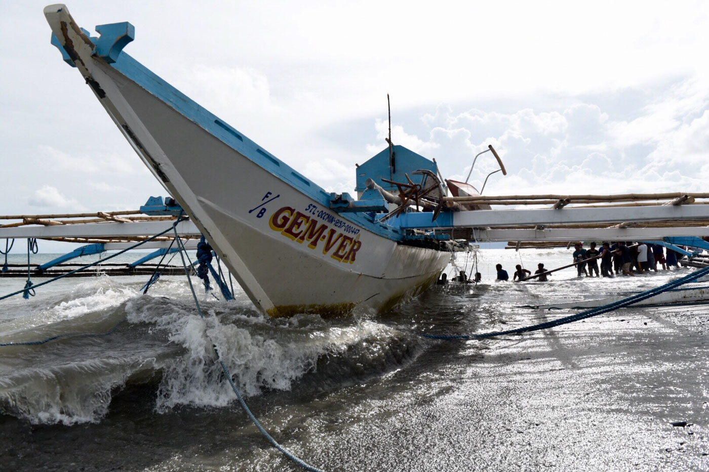 BACK HOME. Fishermen pull the Filipino fishing boat Gem-Ver, which was sunk by a Chinese ship in Recto Bank (Reed Bank), toward the shore of Barangay San Roque I, San Jose, Occidental Mindoro on June 15, 2019. Photo by LeAnne Jazul/Rappler