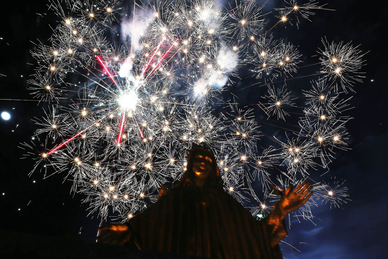 Fireworks at EDSA Shrine in Quezon City, above the statue of Mary, Queen of Peace, during the Salubong on April 21, 2019. Photo by Inoue Jaena/Rappler