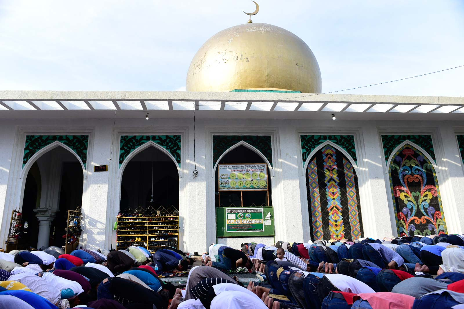 GOLDEN MOSQUE. Muslims pray outside during Eid'l Fitr prayers at the Globo de Oro mosque in Quiapo, Manila. Photo by Rob Reyes/Rappler