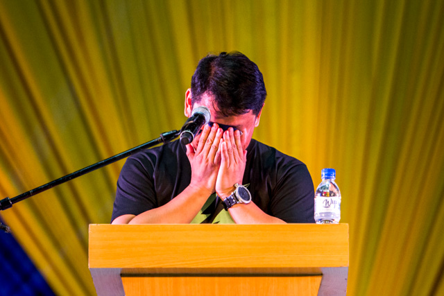 IN TEARS. Peu00f1a wipes his tears as he delivers his SOCA on October 12. Photo by Mark Saludes/Rappler