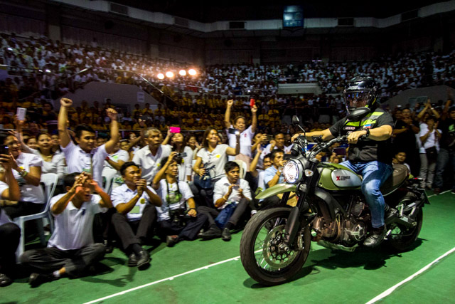 CROWD-PLEASER. Peu00f1a's grand entrance was a hit in the Makati Coliseum. Photo by Mark Saludes/Rappler