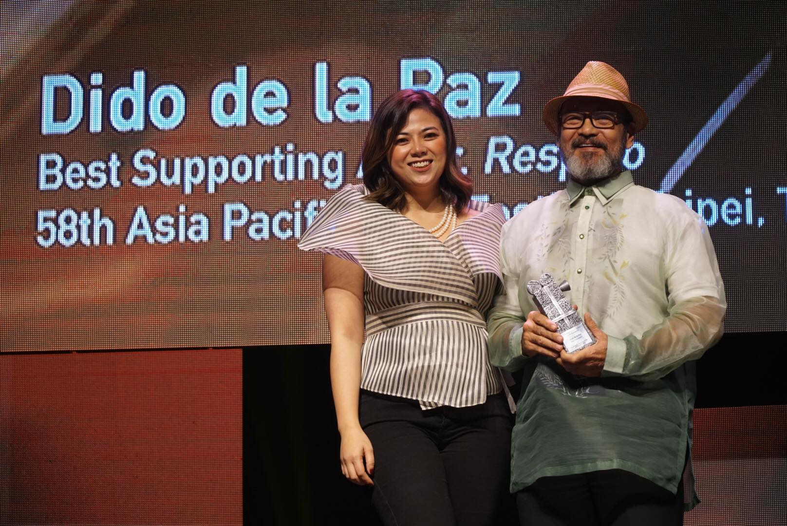 HONOR. Dido de la Paz accepts his recognition from Liza Dino-Seguerra.