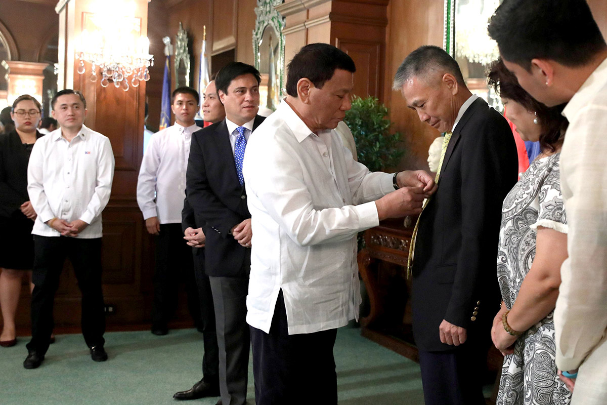CHINA CONNECTION. President Rodrigo Duterte confers the Order of Lapu-Lapu Award Rank of Kamagi on Chinese businessman Jose Kho on May 28. Malacau00f1ang photo