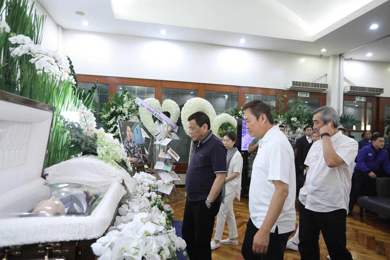 PRESIDENT'S VISIT. President Rodrigo Duterte pays his last respects to Henry Sy Sr. Malacau00f1ang photo