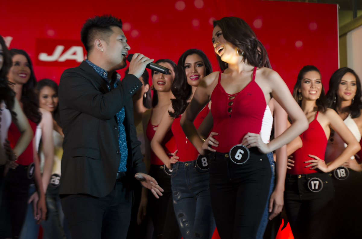Singer RJ dela Fuente serenades the ladies after the talent competition. Photo by Rob Reyes/Rappler