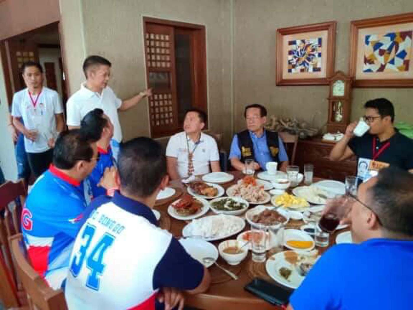 A MEAL. Senator Francis Escudero hosts a number of senatorial candidates, including Bong Go and Romy Macalintal in his residence in Sorsogon on March 31, 2019.  Photo by Rhaydz Barcia/Rappler