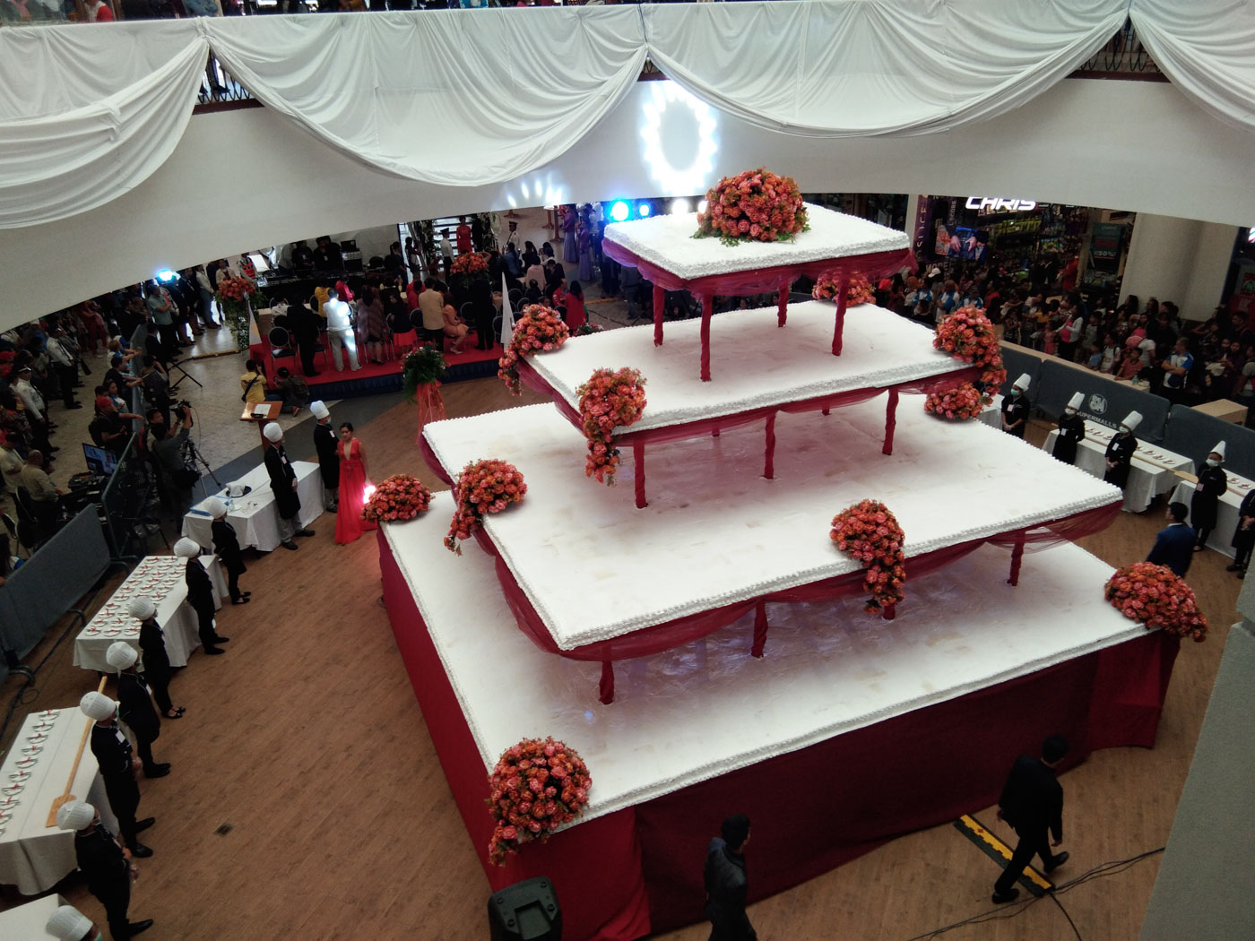 24-FOOT CAKE. The cake weighs 13 to 14 tons, say organizers.