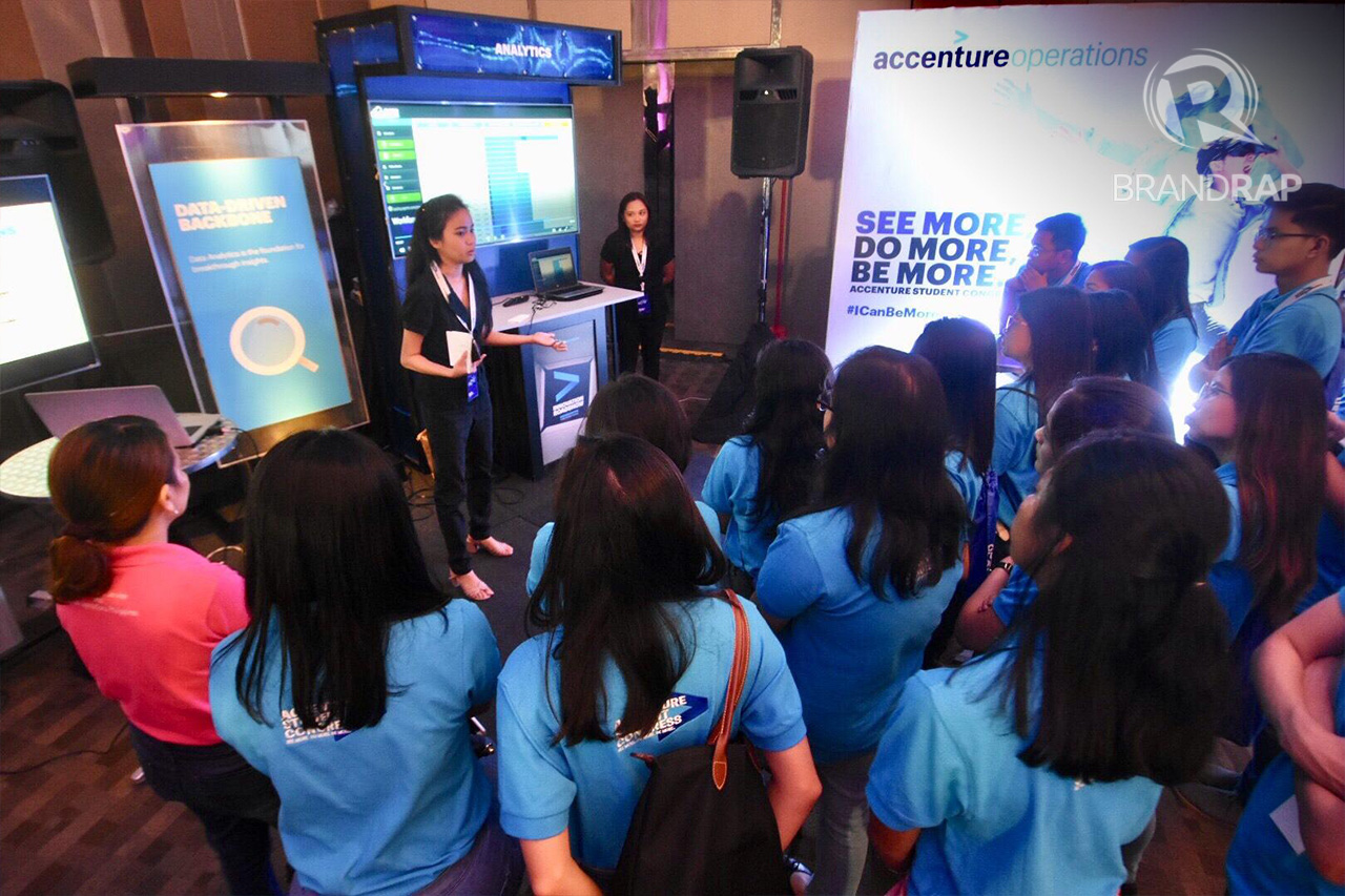 STRAIGHT FROM ACCENTURE'S BEST. During the guided Innovation Tour, Accenture employees demonstrated before students how the future workforce will manage business operations. Photo by Angie De Silva/Rappler