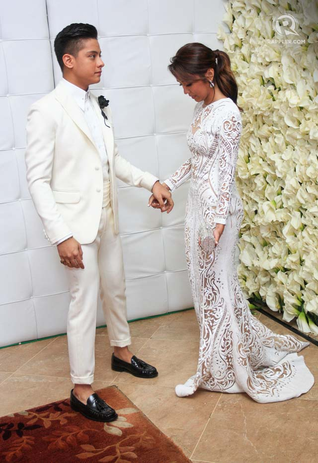 Daniel in white matching with Kathryn in 2015. File photo by Manman Dejeto/Rappler