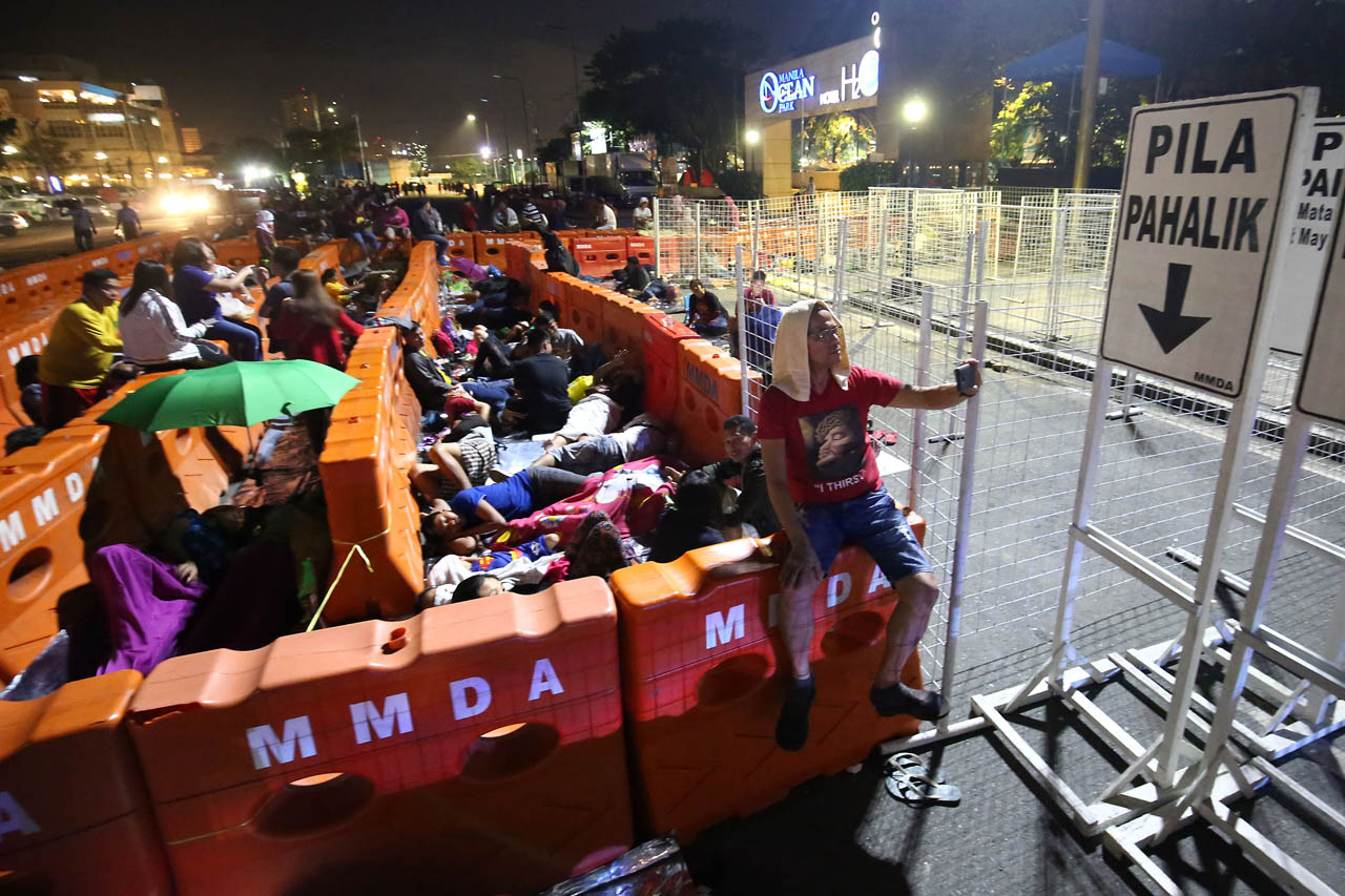 OVERNIGHT. Devotees spend the night in line as thousands flock to the Quirino Grandstand for the traditional Pahalik on January 8, 2019. Photo by Ben Nabong/Rappler