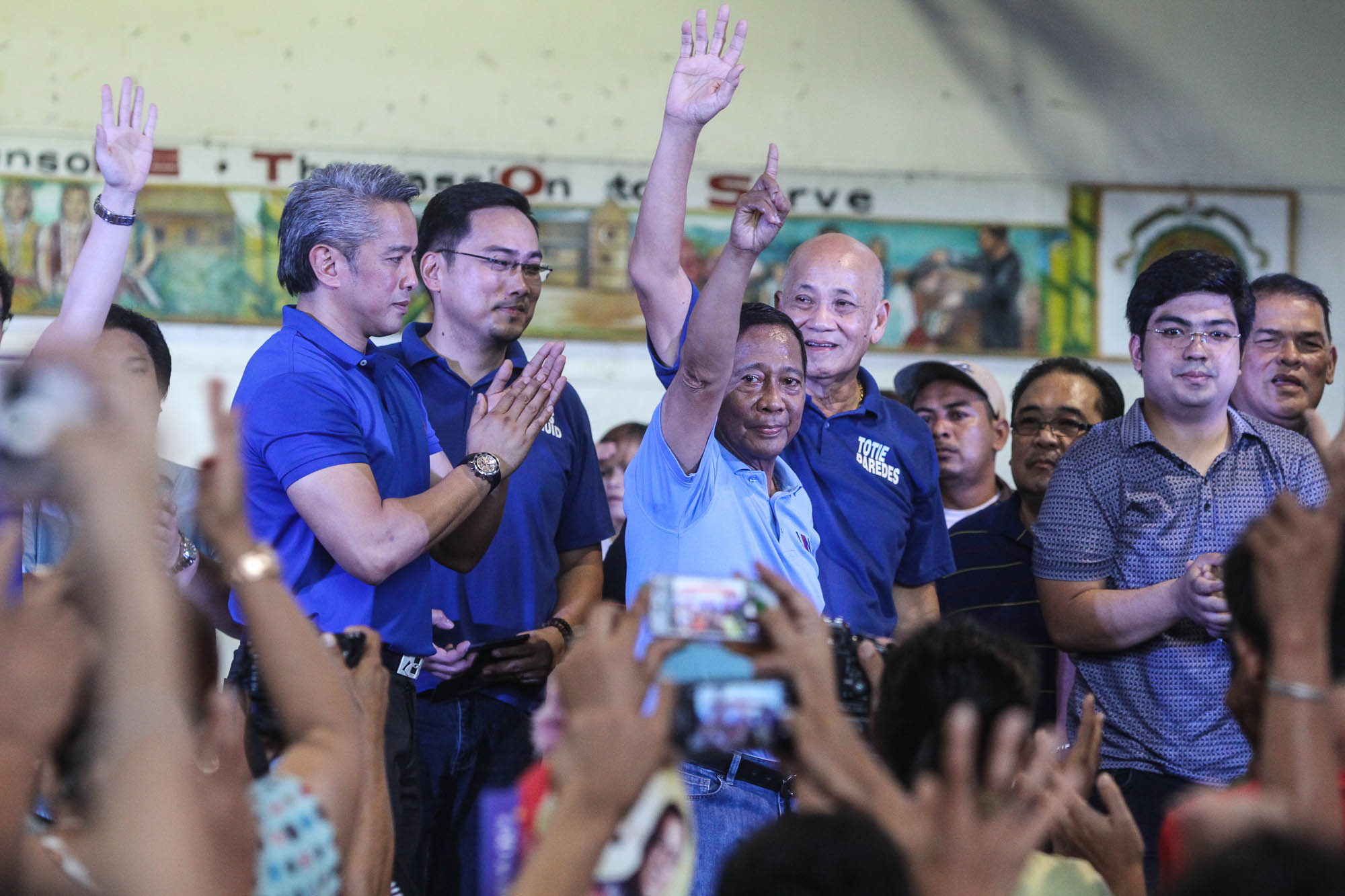 BINAY'S FRIENDS. Remulla claps as Binay flashes UNA's sign in front of Caviteu00f1os. To the left of the Vice President is Vice Governor Jolo Revilla, another ally. Lito Boras/Rappler