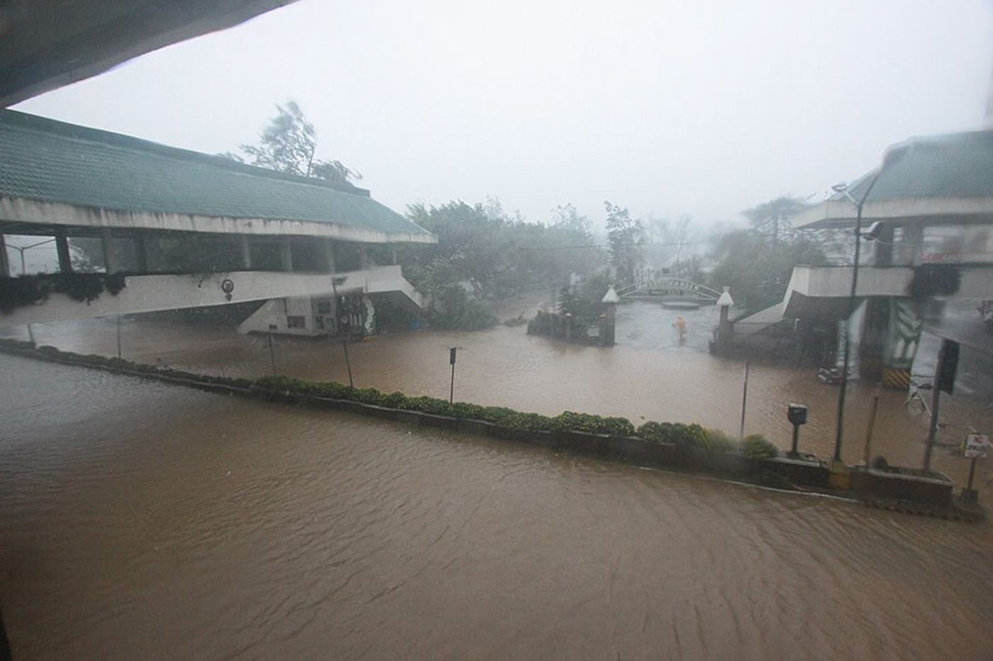 ROADS. Gutter-level flood along Baguio City roads. Photo by Kathrine Victa/Rappler