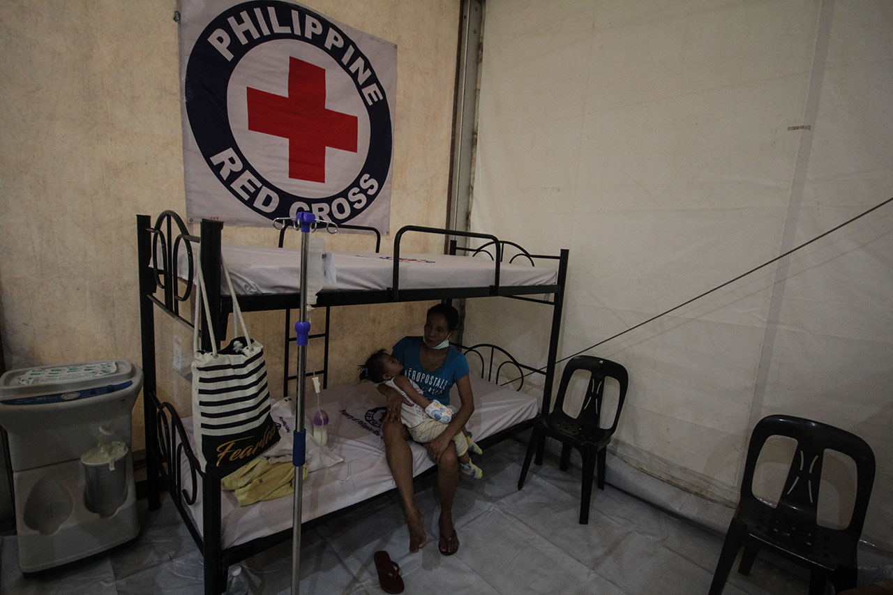 OUTBREAK RESPONSE. The Philippine Red Cross sets up tents at the San Lazaro Hospital, which has seen an influx of patients with measles. Photo by Lito Borras/Rappler