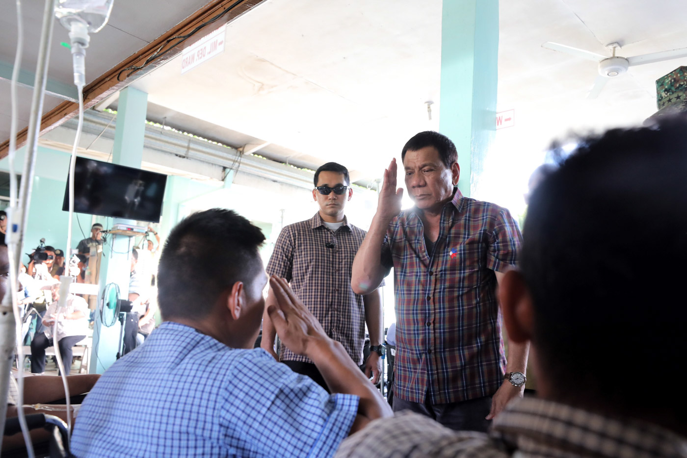 VISITING TROOPS. President Rodrigo Duterte visits soldiers wounded during clashes in Marawi City, June 11, 2017 in Cagayan de Oro. Malacau00f1ang photo