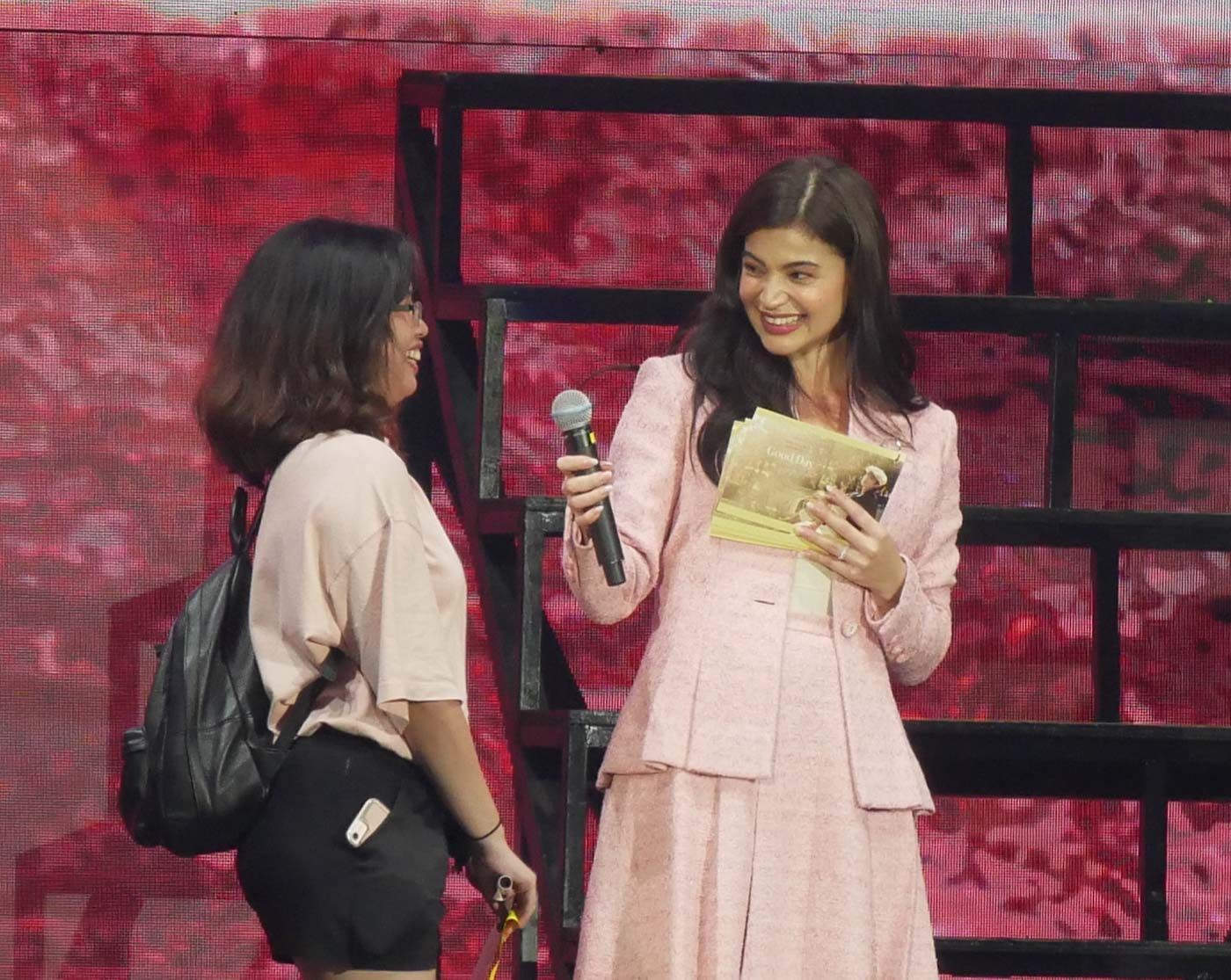 Actress Anne Curtis-Smith does a great job being a host and fan. Photo by Nikko Dizon/Rappler