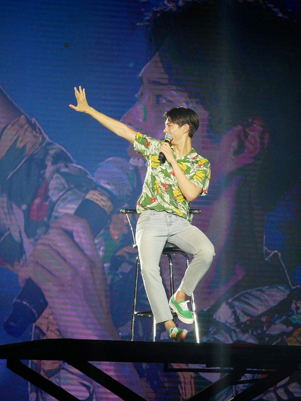 A wave of his hand sends Park Bo-gum's fans screaming u0022Saranghae! (I love you!)u0022. Photo by Nikko Dizon/Rappler