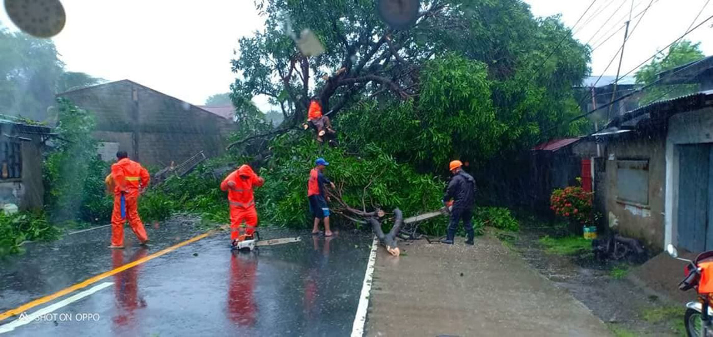 CLEARING. Residents and rescue workers clear debris in Zambales. Photo by Randy Datu