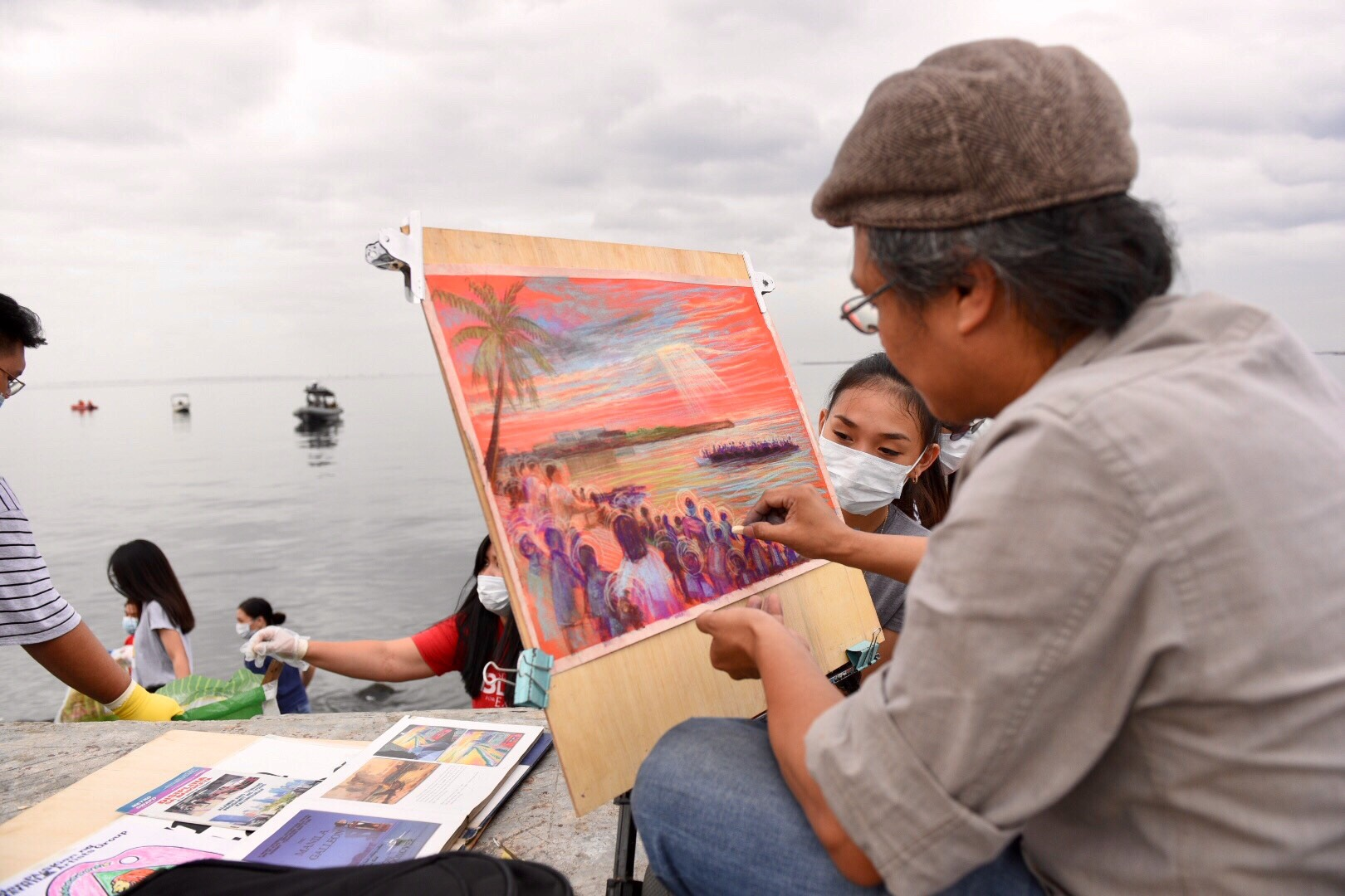 PICTURE PERFECT. An artist sketches his ideal view of the bay. Photo by LeAnne Jazul/Rappler