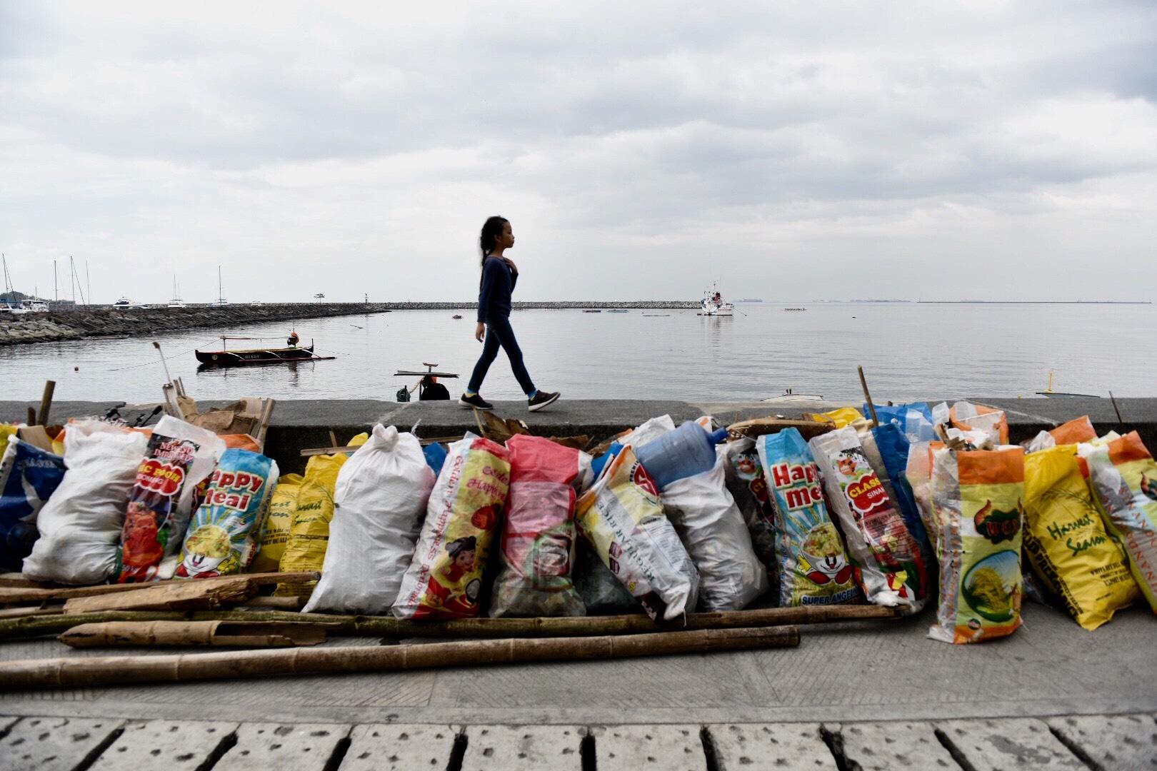 SACKS OF TRASH. Volunteers gather trash from Manila Bay. Photo by LeAnne Jazul/Rappler
