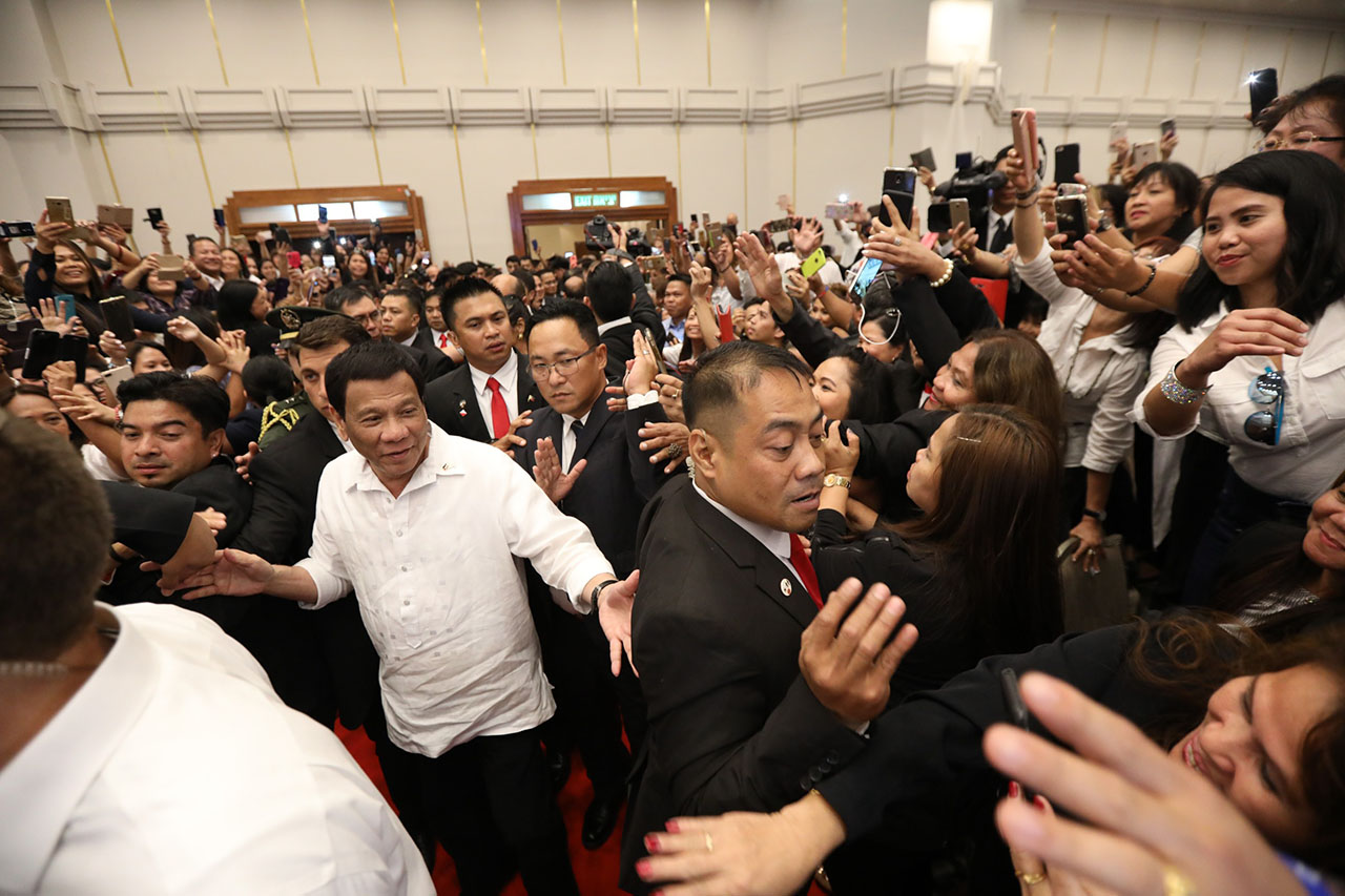 BUSY IN ISRAEL. President Rodrigo Duterte meets Filipinos based in Israel on his first night there. Malacau00f1ang photo