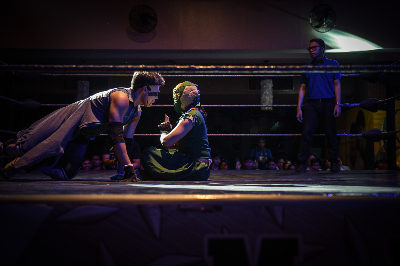 THE GLITCH. Morgan Vaughn approaches his opponent Ninja Ryujin at MWF 2: Maki-Wrestling, 'Wag Matakot at the UP Bahay ng Alumni on May 27, 2018. Photo by LeAnne Jazul/Rappler