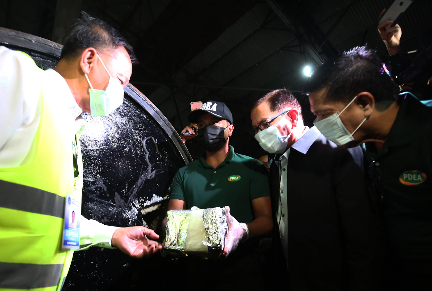 'SAME LIFTERS'. Then Bureau of Customs Commissioner Isidro Lapeu00f1a and PDEA Director General Aaron Aquino extract the alleged shabu worth P2.4 billion inside magnetic lifters at the MICP on August 7. Photo by Ben Nabong/Rappler