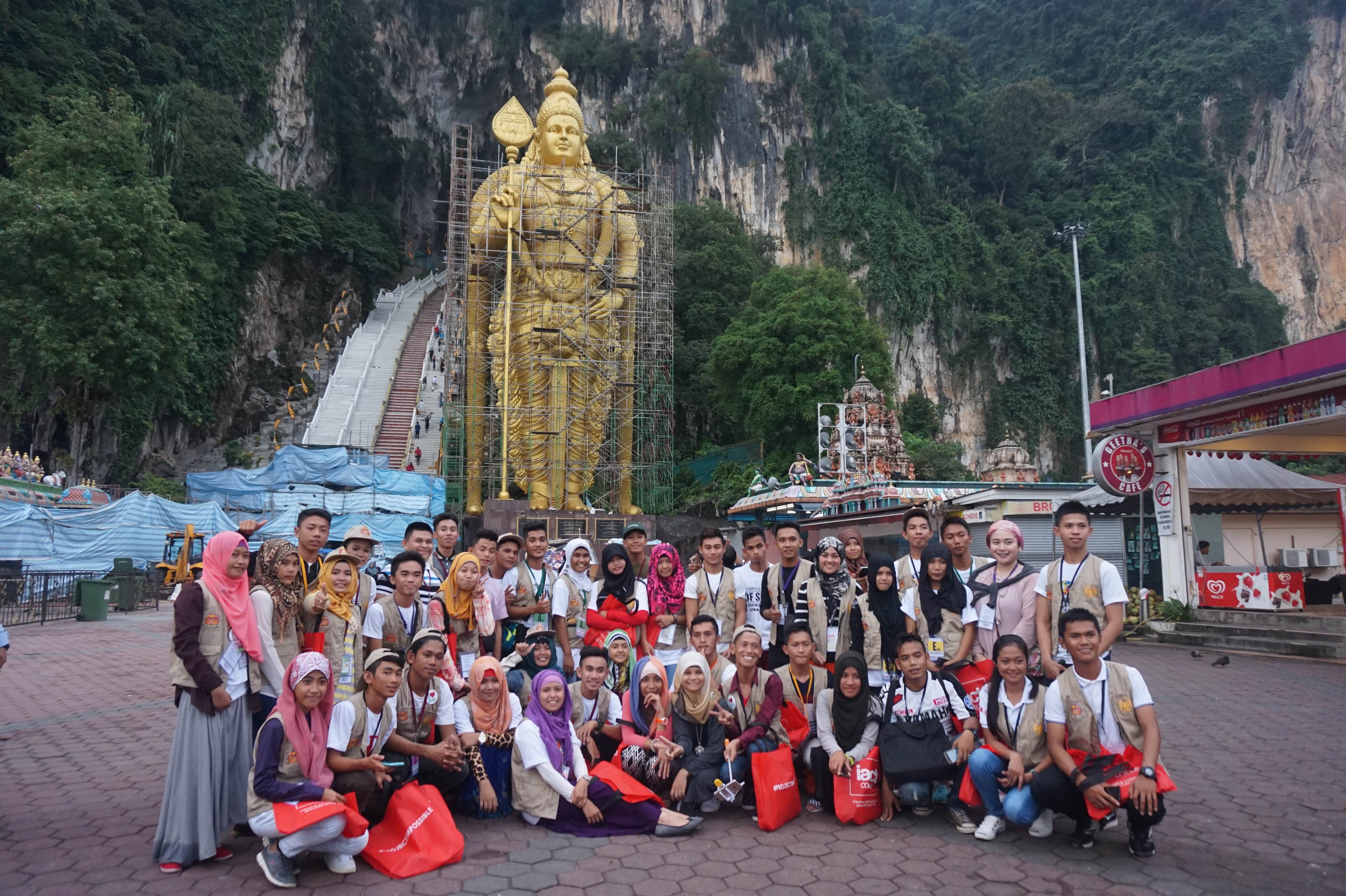 LEARNING FROM EACH OTHER. Members of the delegation pose in front of the Batu Caves after a tour conducted by students of Brickfields Asia College. Photo by Carol Ramoran