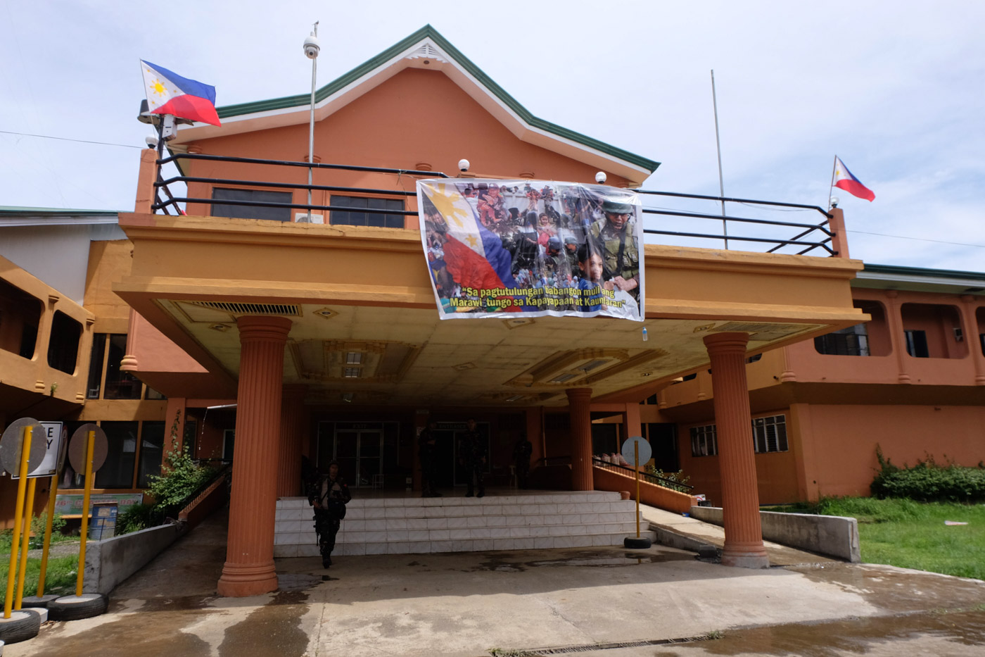 CITY HALL. Marawi Mayor Majul Gandamra and his men repelled the armed groups that wanted to take over City Hall