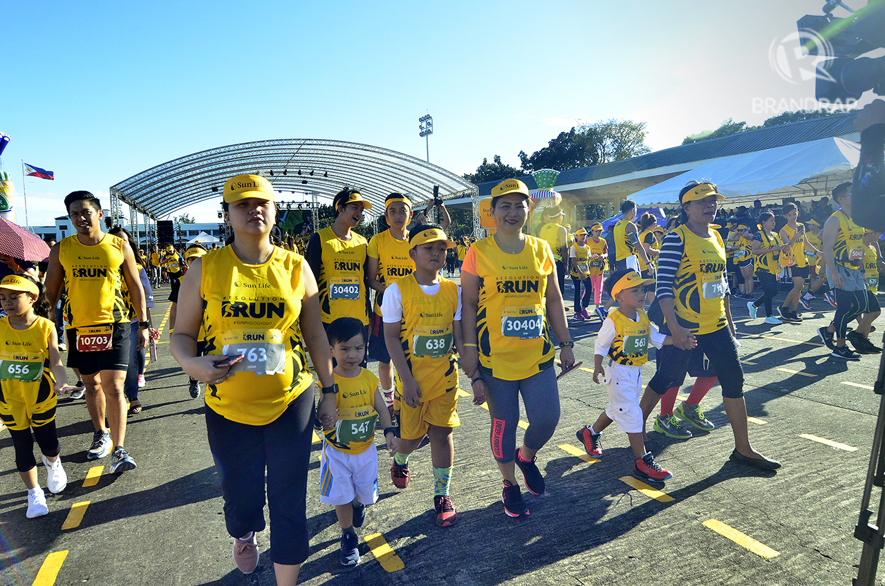 FITNESS FOR ALL AGES. Parents accompany their children in preparation for the 500M kids run. Photo by Maria Tan/Rappler