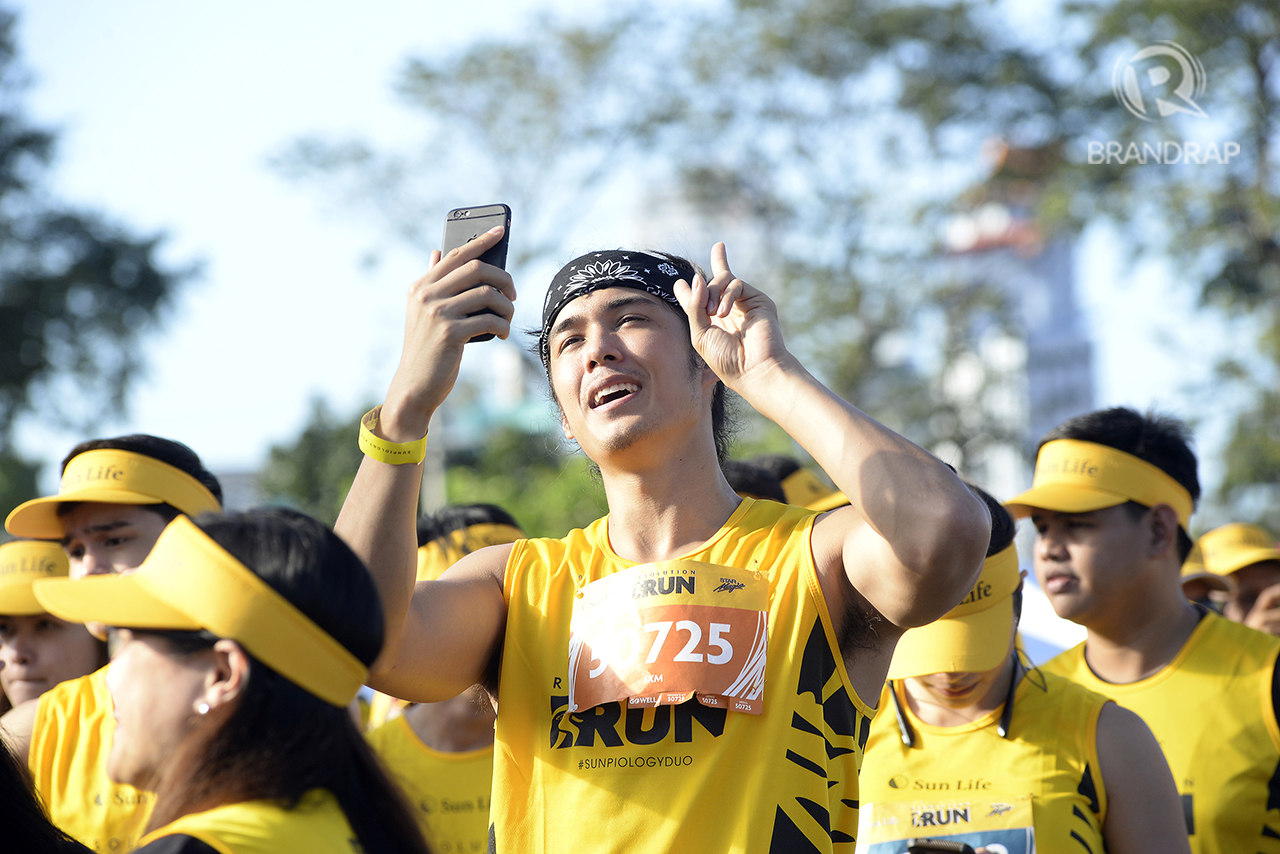FUN TIME WITH FANS. Ex-Pinoy Big Brother Housemate Tommy Esguerra takes the time to vlog the run alongside fans. Photo by Maria Tan/Rappler