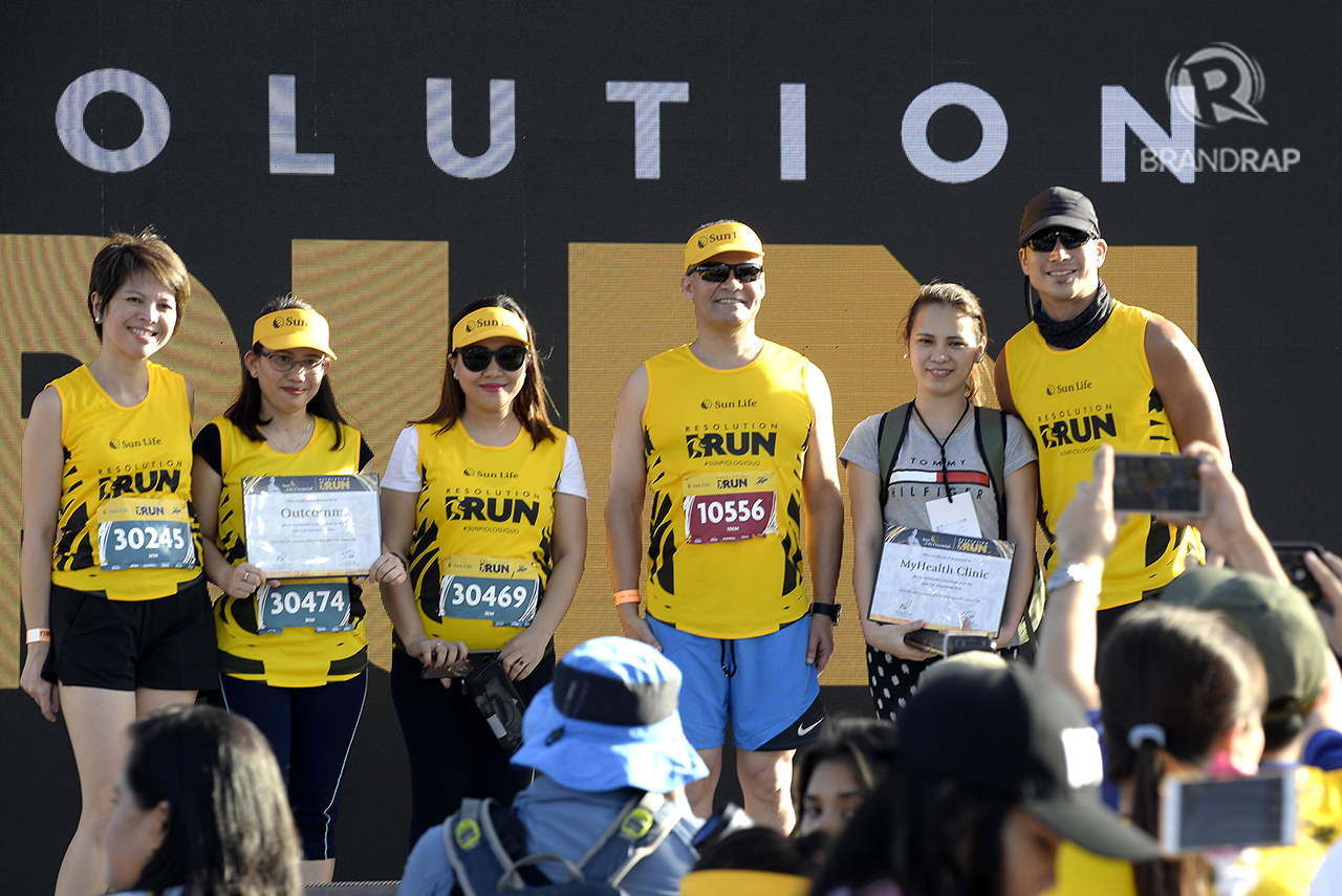 SHOW OF APPRECIATION. Sun Life CMO Mylene Lopa (leftmost), Sun Life Asia President Claude Accum (third from right), and Piolo Pascual (rightmost) hand out certificates to official media partners of the event. Photo by Maria Tan/Rappler