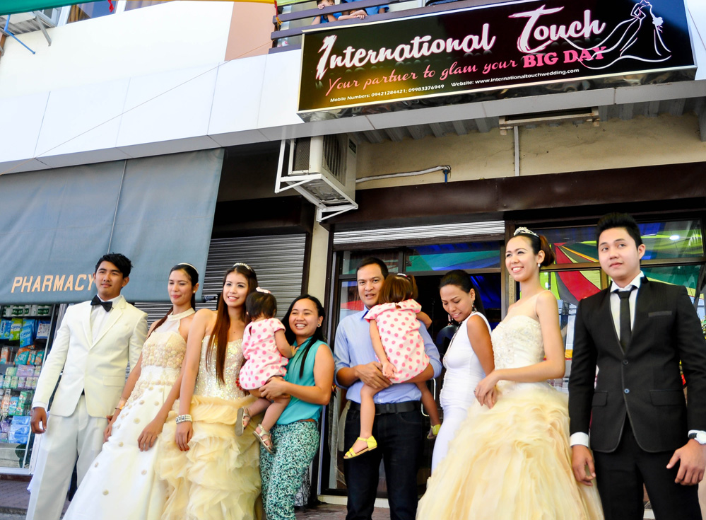 INTERNATIONAL TOUCH. Former Sarangani governor Miguel Rene Dominguez (center) is flanked by the boutique owners.