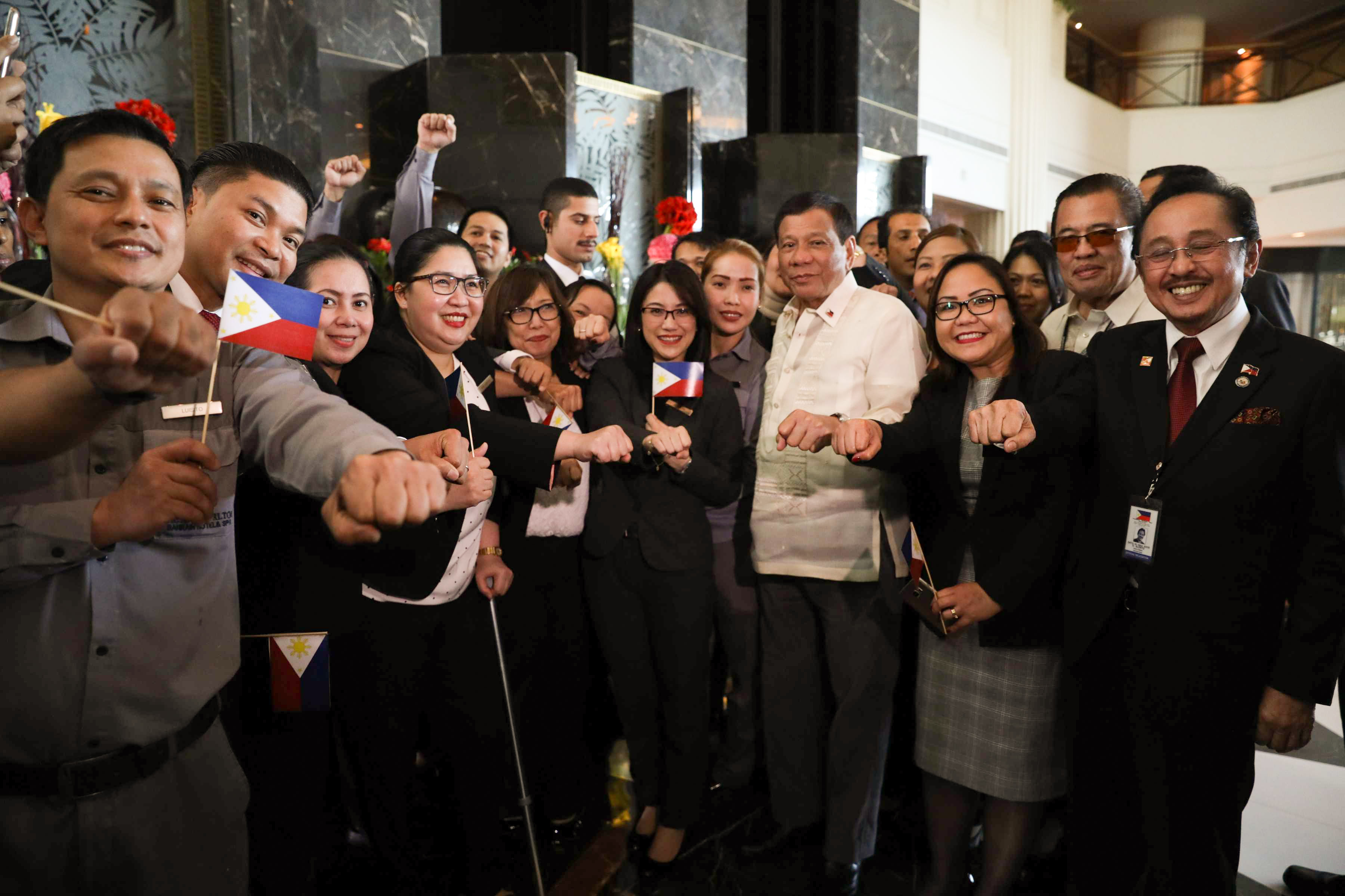 SUPERSTAR. President Rodrigo Duterte poses with the staff of the Ritz Carlton Hotel in Bahrain on April 13, 2017 where he was treated to a lunch by His Royal Highness Sheikh Ali Bin Khalifa Al Khalifa. Malacau00f1ang file photo