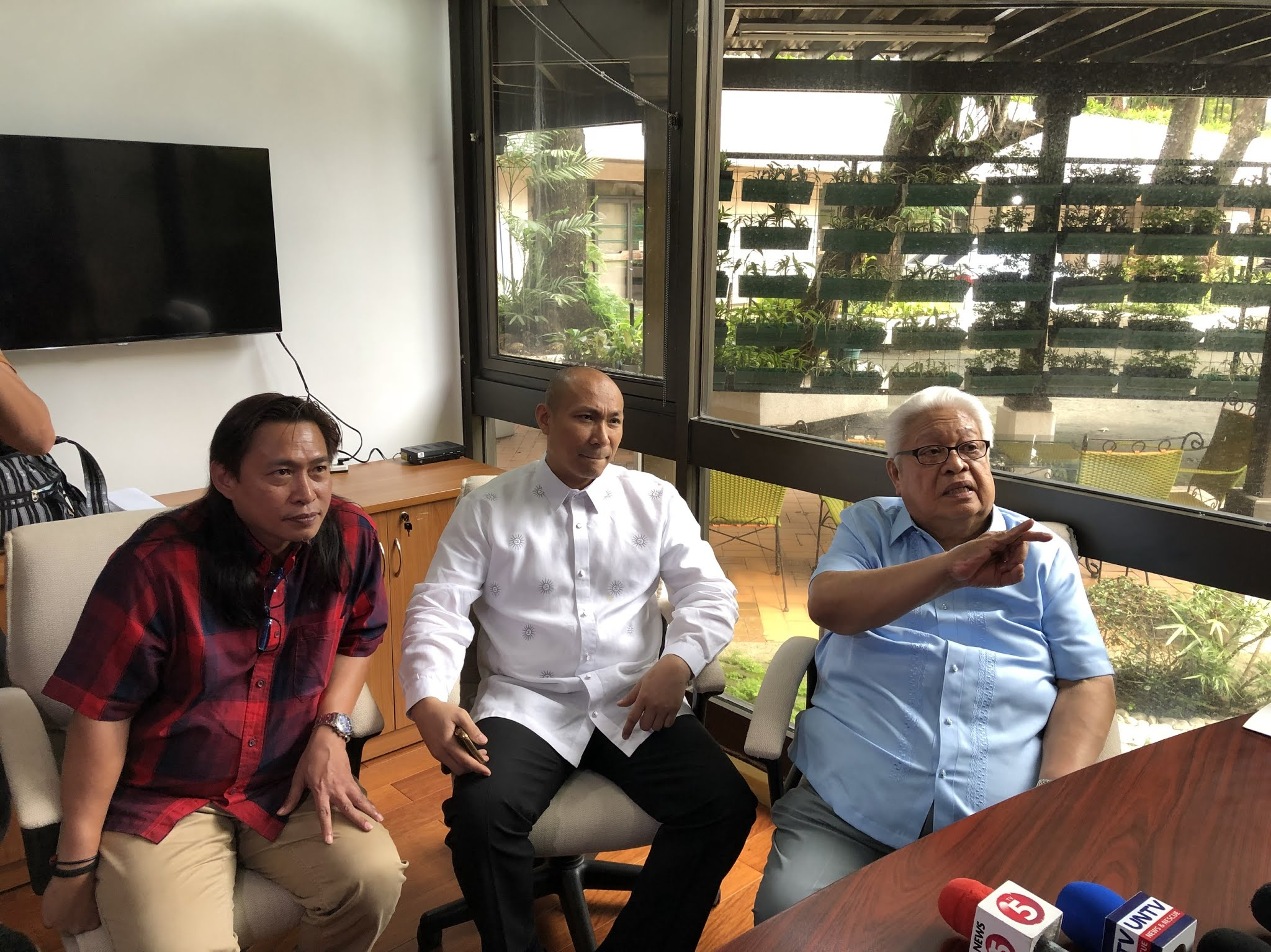 FILED. Opposition lawmakers (right) Edcel Lagman, Gary Alejano, and Teddy Baguilat Jr file impeachment complaints against 7 Supreme Court justices on August 23, 2018. Photo by Mara Cepeda/Rappler